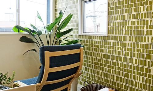 グリーンの壁紙のカフェ